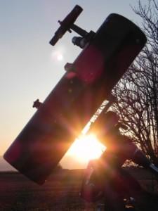 Teleskop imSonnenuntergang