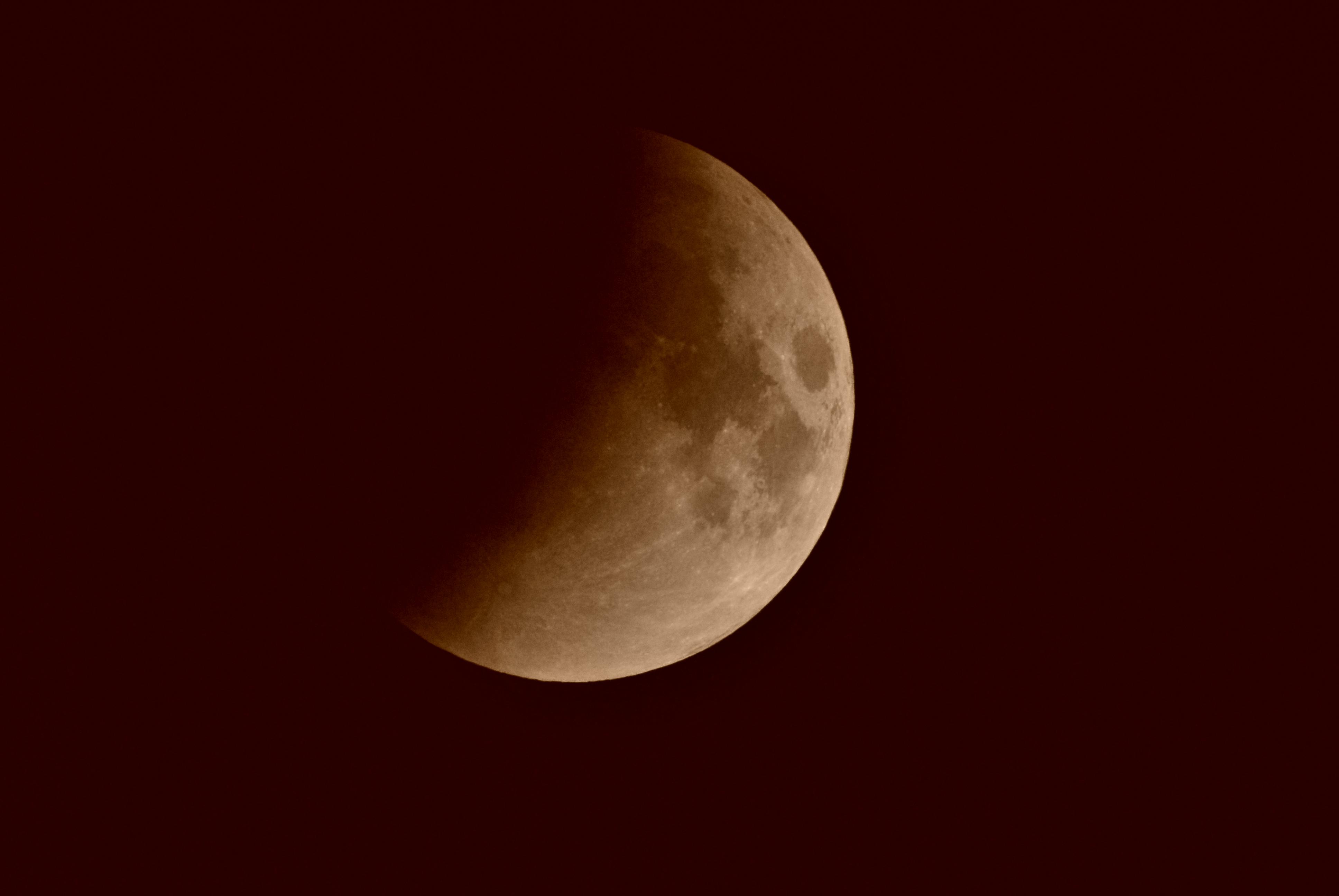Mondfinsternis - halbe Bedeckung