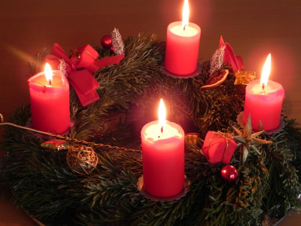 Frohe Weihnachten! Adventskranz mit brennenden Kerzen