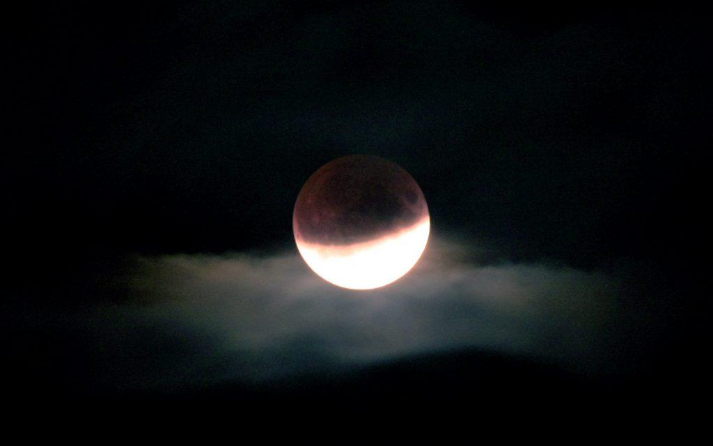 Mondfinsternis hinter Wolken
